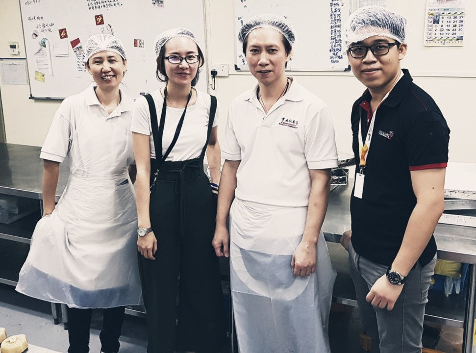 Ms. Nijie (second from left) and Mr. Zhisheng (extreme right) posing with chefs from Swatow.