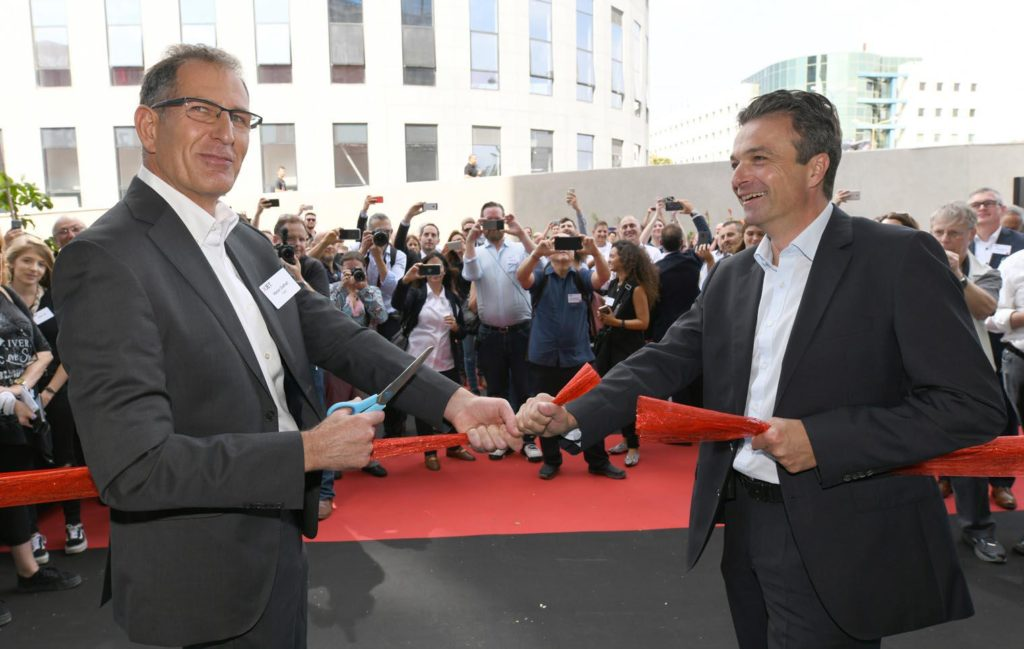 Hanan Gothait, CEO of XJET, marks the official opening with Stephan Oehler, VP of Straumann.