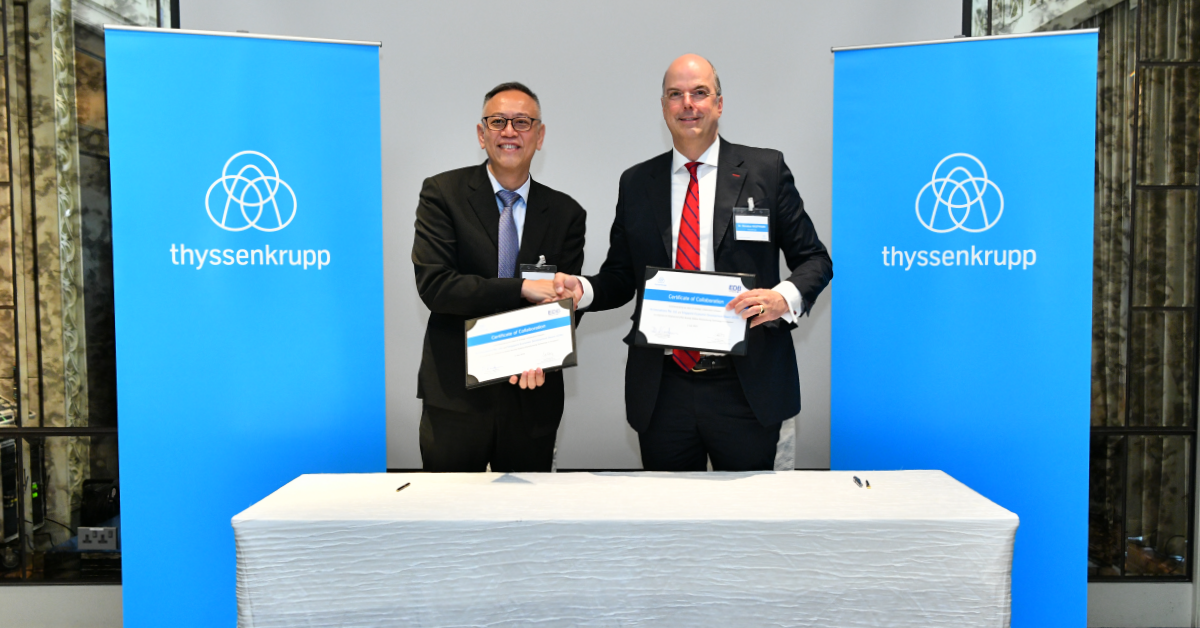 Mr. Lim Kok Kiang, Assistant Managing Director, Singapore Economic Development Board and Dr. Donatus Kaufmann, Executive Board Member, thyssenkrupp, sign the certificate of collaboration marking the launch of thyssenkrupp's Additive Manufacturing TechCenter Hub in Singapore