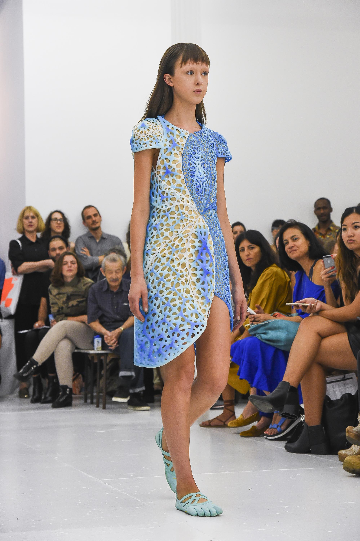 Chiếc váy in 3D OSCILLATION được thiết kế bởi threeASFOUR và Travis Fitch cho New York Fashion Week 2017